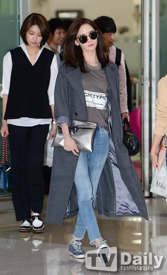 trench coat của Yoona luôn được giới báo chí đánh giá cao