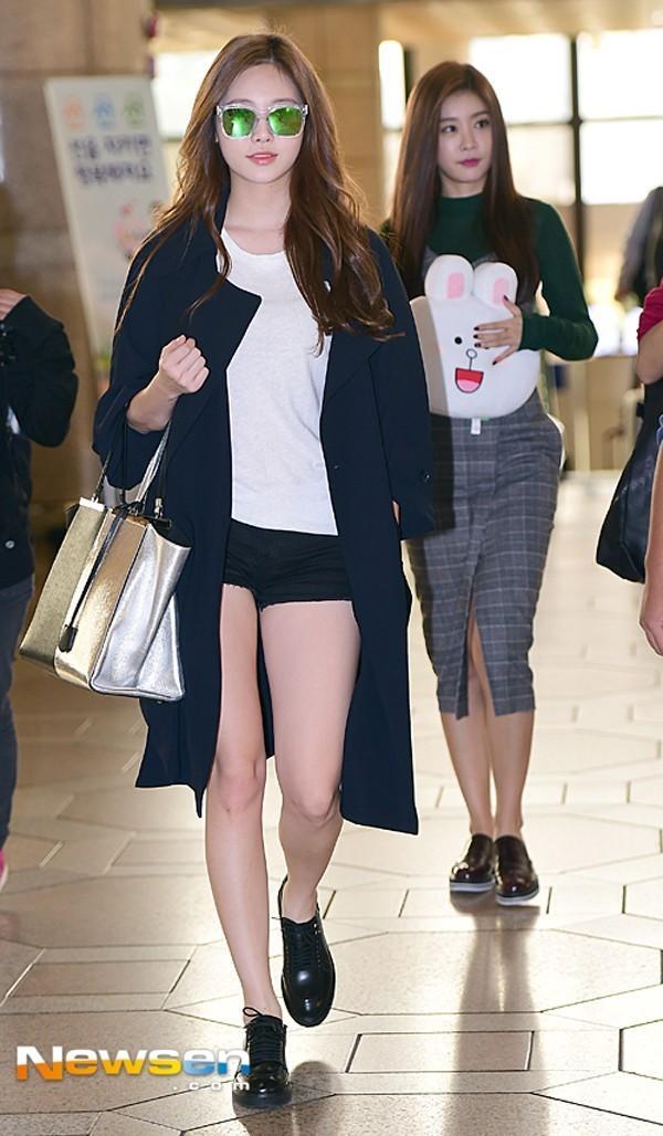 Với chiếc áo thun trắng và trench coat, Yura (Girl's day) thật gọn gàng và năng động